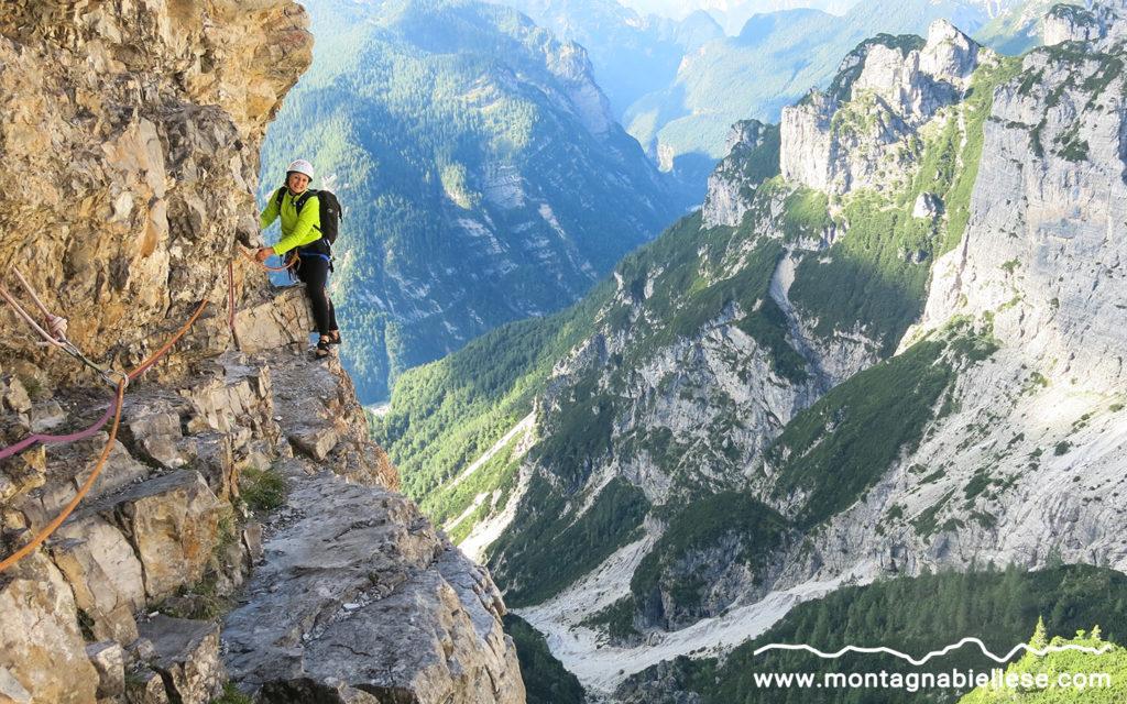 Cristina sull'aerea cengia del Campanile di Val Montanaia